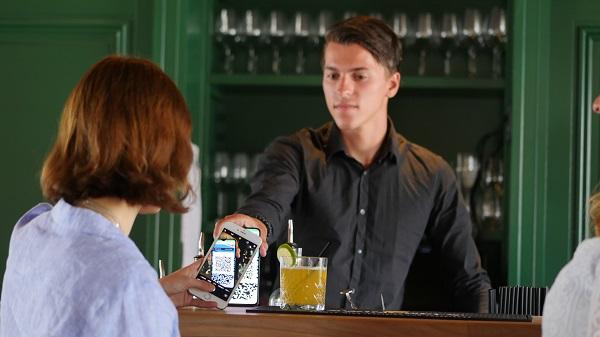 vrouw-betaalt-barman-met-qr-kassa